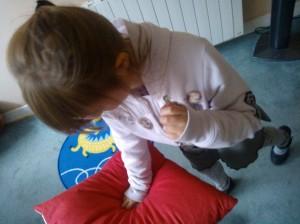 l'enfant dépose sa colère et les sentiments négatifs dans le coussin et prend le contrôle.